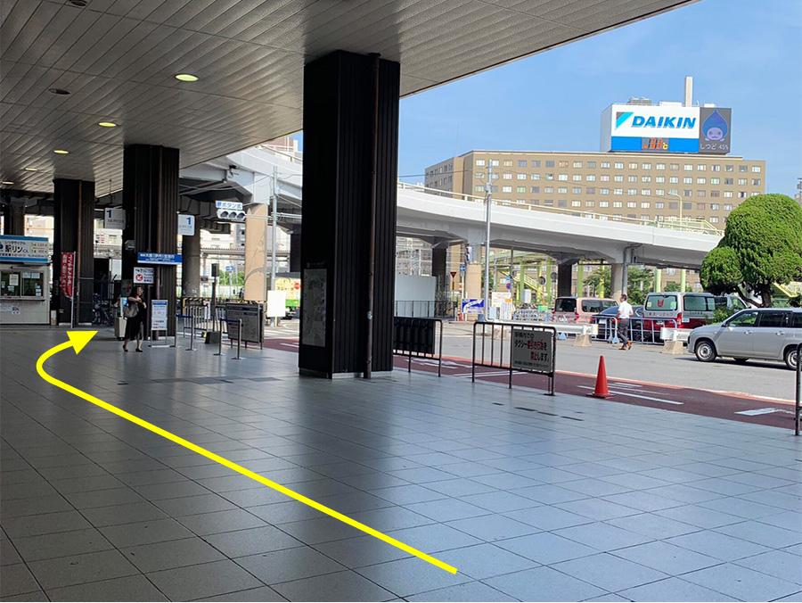②左手に進むと、右手に大阪(伊丹)空港行きのバス乗り場が見えてきます。バス乗り場の奥に横断歩道がありますので渡ります。