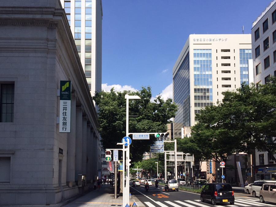 ③階段を上りそのまま直進すると、1つ目の信号「広小路桑名町」と左手に三井住友銀行が見えてきます。