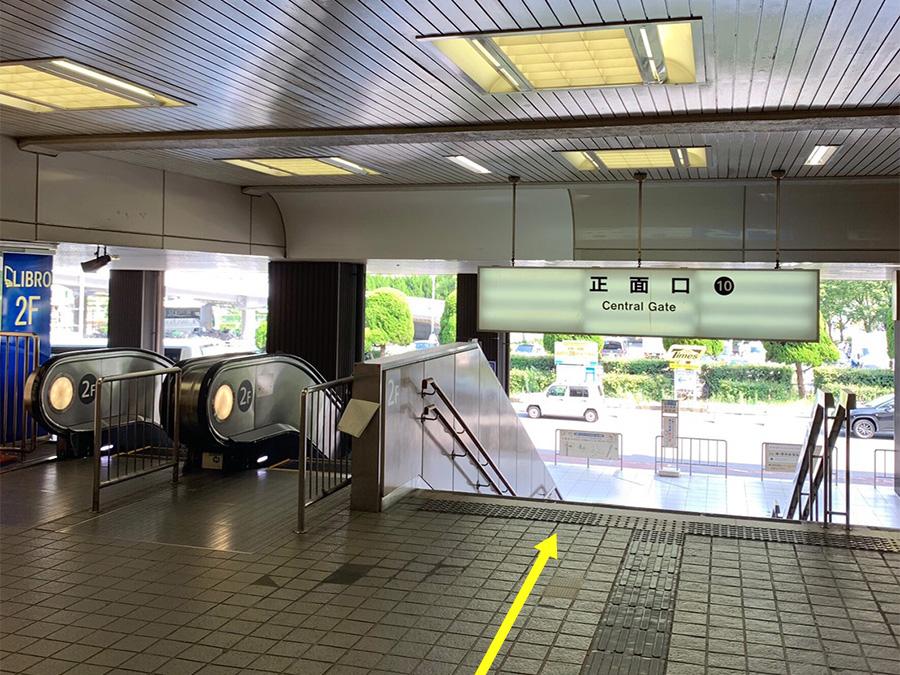 ①JR「新大阪」駅【正面口】へと向かい、1階に降ります。正面口にはエスカレーターがございますので、お荷物の多い方もご安心ください。