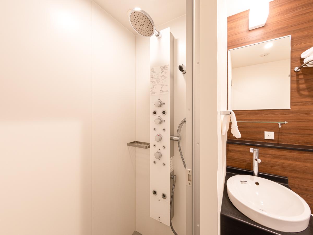 最新の多機能シャワーパネルを採用したシャワーブース